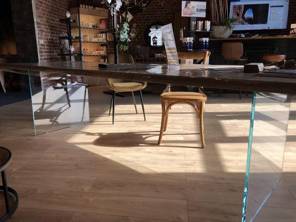 Table à manger en bois et verre