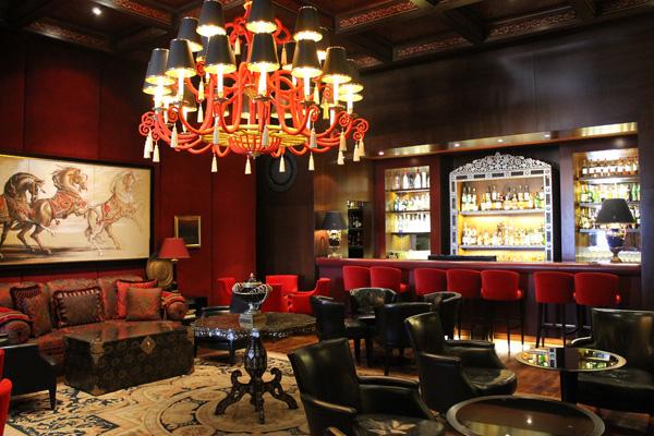 Bar aménagé avec tabouret, fauteuil et canapé