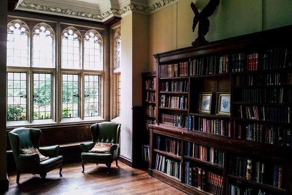 Grande bibliothèque en bois massif